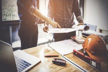 Männer bei der Planung von individuellen Projekten